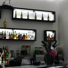 BLUE BAY CAFè: Bar & Club in stile  di CASTIELLOproject