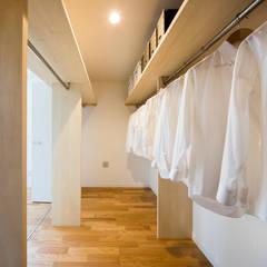 共働き夫婦の家: 株式会社小木野貴光アトリエ 級建築士事務所が手掛けたウォークインクローゼットです。