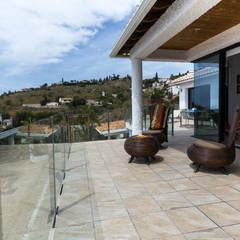 Home Staging en villa de alquiler vacacional: Terrazas de estilo  de Home & Haus | Home Staging & Fotografía