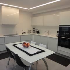 minimalistic Kitchen by UrbQuality Lda