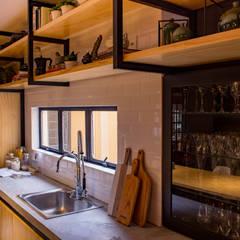 Kitchen by Treez Arquitetura+Engenharia