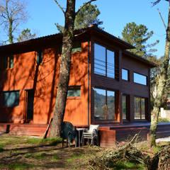 Casas de madera de estilo  por Rusticasa, Moderno Madera maciza Multicolor