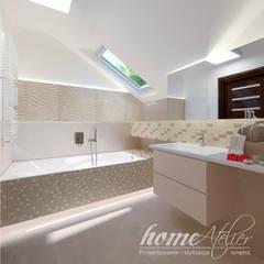 Kolonialny modern: styl , w kategorii Łazienka zaprojektowany przez Home Atelier