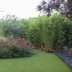 JARDÍN CON CÉSPED ARTIFICIAL Y OASIS VEGETAL: Jardines de estilo  de TERESA JARA - ESTUDIO DE PAISAJISMO