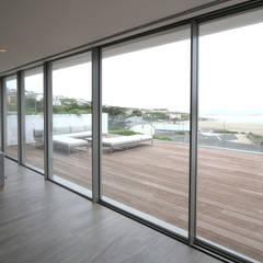 Moonstone :  Corridor & hallway by IQ Glass UK