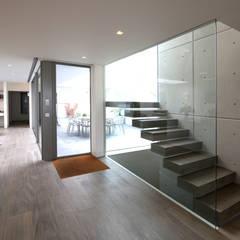 Moonstone :  Corridor & hallway by IQ Glass UK, Minimalist