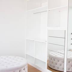 Dressing room by Grupo HC, Modern