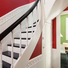 Rénovation d'une maison Tourangelle: Couloir et hall d'entrée de style  par MadaM Architecture