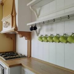 Appartamento a Napoli: Cucina in stile  di Falegnameria Grelli Danilo
