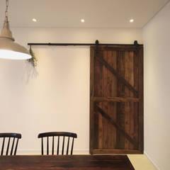 전주인테리어 디자인투플라이 - 킨포크 스타일의 전주한옥마을 안녕제제 게스트하우스: 디자인투플라이의  복도 & 현관