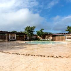Plaza de Acceso a Chablé Resort: Hoteles de estilo  por Central de Proyectos SCP