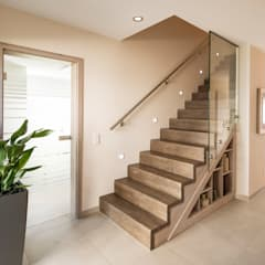 NEO - Moderne Treppe:  Flur & Diele von FingerHaus GmbH