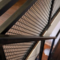 Verbouwing woning en ontwerp nieuwe stalen trap:  Gang en hal door NOV'82 Architecten