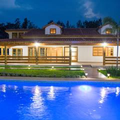 ALGUNAS DE NUESTRAS CONSTRUCCIONES REALIZADAS: Casas de estilo  por Casas y cabañas de Madera  -GRUPO CONSTRUCTOR RIO DORADO (MRD-TADPYC), Clásico