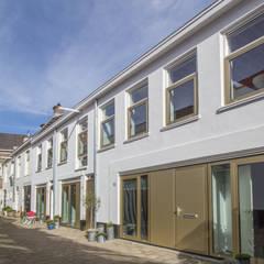 Hofjeswoningen Westeinde:  Huizen door studio suit