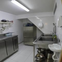 Cozinha Industrial: Espaços gastronômicos  por Novark Arquitetura e Design
