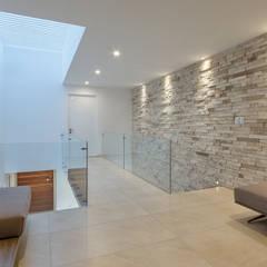 CASA ALEGRA: Pasillos y recibidores de estilo  por SANTIAGO PARDO ARQUITECTO