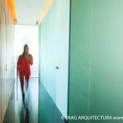 Pasillo interno Corporativo Andares: Estudios y oficinas de estilo escandinavo por TaAG Arquitectura