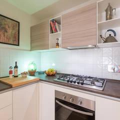 La casa in piazza: Cucina in stile in stile Industriale di B+P architetti