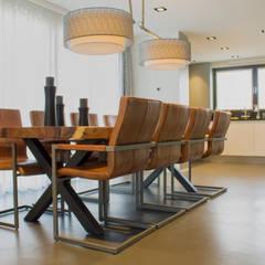 Cementgebonden gietvloer in moderne woning:  Eetkamer door Motion Gietvloeren