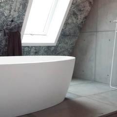 wandpanelen en vloer van beton: industriële Badkamer door ConcreetDesign BV
