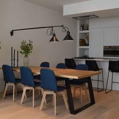 Benedenwoning Amsterdam: scandinavische Eetkamer door Atelier09