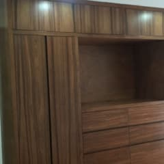 CLOSET RECAMARA PRINCIPAL: Vestidores y closets de estilo moderno por ENSAMBLE STUDIO