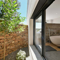 Réinvention / Bandol: Salle de bains de style  par Atelier Jean GOUZY