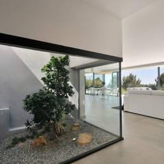 Réinvention / Bandol: Jardin de style de style Méditerranéen par Atelier Jean GOUZY
