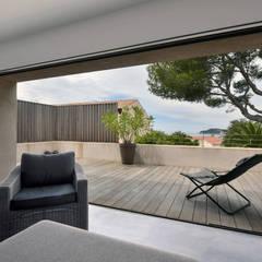 Réinvention / Sanary / mer: Terrasse de style  par Atelier Jean GOUZY