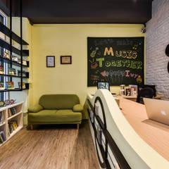 Oficinas y Tiendas de estilo  por 存果空間設計有限公司