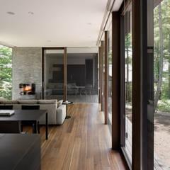 اتاق نشیمن توسطatelier137 ARCHITECTURAL DESIGN OFFICE, کلاسیک چوب Wood effect