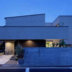 外観夕景: atelier137 ARCHITECTURAL DESIGN OFFICEが手掛けた家です。