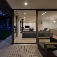 インナーテラス夕景: atelier137 ARCHITECTURAL DESIGN OFFICEが手掛けたテラス・ベランダです。