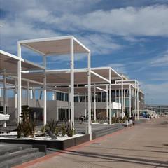 Vista desde el paseo a medio día: Centros comerciales de estilo  de Fenwick Iribarren Architects