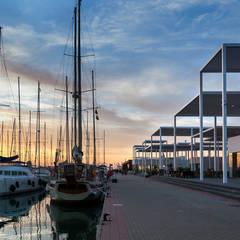 Vista desde el paseo al atardecer: Centros comerciales de estilo  de Fenwick Iribarren Architects