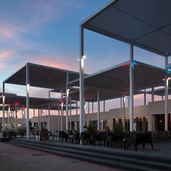 Vista de la terraza al atardecer: Centros comerciales de estilo  de Fenwick Iribarren Architects