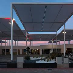 Vista de la terraza al atardecer II: Centros comerciales de estilo  de Fenwick Iribarren Architects