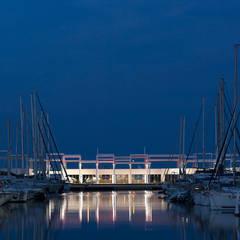 Vista desde la ciudad al anochecer: Centros comerciales de estilo  de Fenwick Iribarren Architects