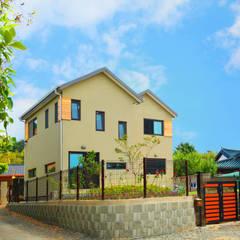 동화같은 마당을 품은 아기자기한 전원주택: 한글주택(주)의  주택