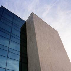 Fachadas, aplacados exteriores en piedra natural caliza y arenisca: Oficinas y Tiendas de estilo  de Rosal Stones