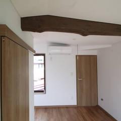 50代からの家づくり: 株式会社小木野貴光アトリエ 級建築士事務所が手掛けた寝室です。