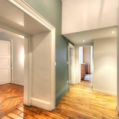 3 - Entrée: Couloir et hall d'entrée de style  par Atelier Claire Dupriez