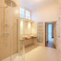 7 - Salle de bain: Salle de bains de style  par Atelier Claire Dupriez