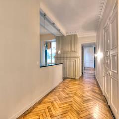 8 - Entrée: Couloir et hall d'entrée de style  par Atelier Claire Dupriez