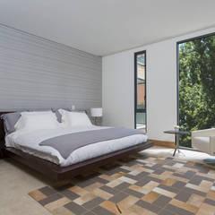 APARTAMENTO NORTE DE BOGOTA: Habitaciones de estilo  por ATELIER CASA S.A.S