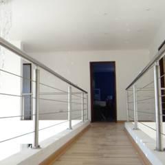 Casa AS: Pasillos y hall de entrada de estilo  por A2H Arquitectos