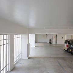 スタイリッシュな賃貸併用住宅: 株式会社青空設計が手掛けたガレージです。,モダン