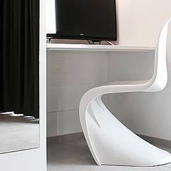 dettaglio scrivania in metallo e armadio: Hotel in stile  di nicola castellano | designer