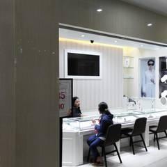 Showroom Goldmart Mall Metropolitan Bekasi:  Ruang Komersial by AGRA Architecture